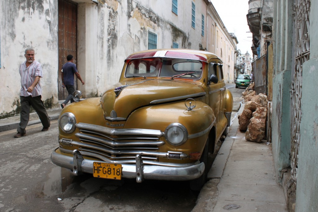 Along the malec n vintage plymouth in cuba 1024x682 Oldtimer Cuba.